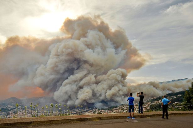 People-take-pictures-of-the-smoke-rising